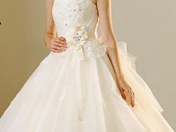 白のドレスが結婚式にふさわしい理由